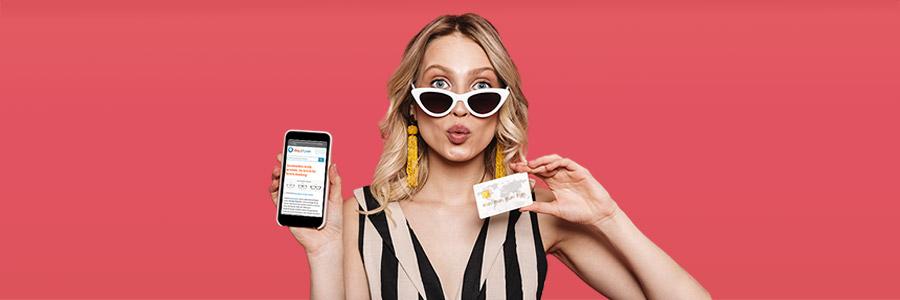 Жена носи слънчеви очила и държи телефон със снимка на слънчеви очила